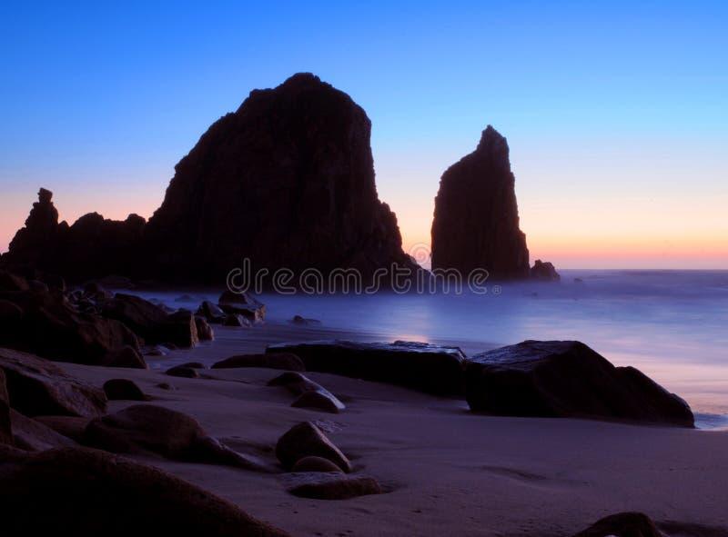 Sonnenuntergangfelsen auf Strand lizenzfreie stockfotografie