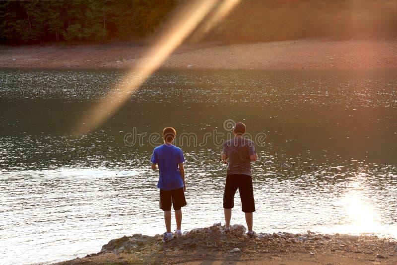 Sonnenuntergangfischen lizenzfreies stockfoto