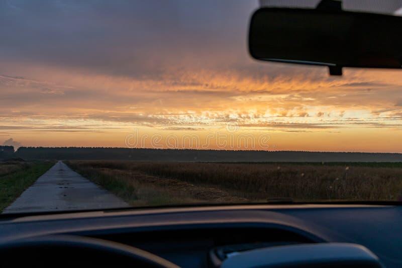 Sonnenuntergangfreiheits-autoantrieb lizenzfreies stockbild