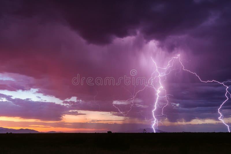 Sonnenunterganggewitter mit Blitz lizenzfreie stockfotografie