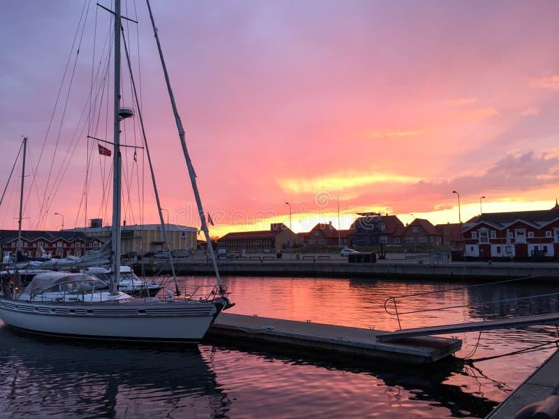 Sonnenunterganghafen von skagen lizenzfreie stockbilder