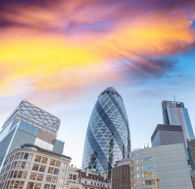 Sonnenunterganghimmel über Stadt von London lizenzfreie stockfotos