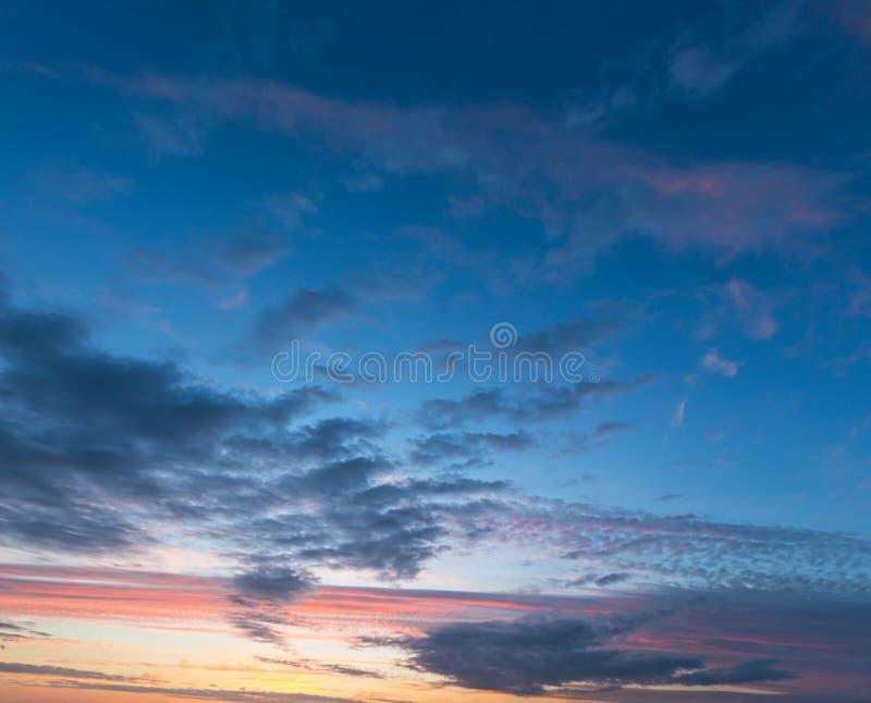 Sonnenunterganghimmel mit Wolken lizenzfreie stockfotografie