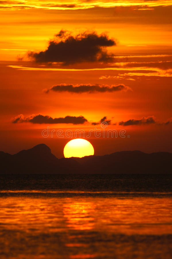 Sonnenunterganghimmel in Songkhla See, Thailand. lizenzfreie stockfotos