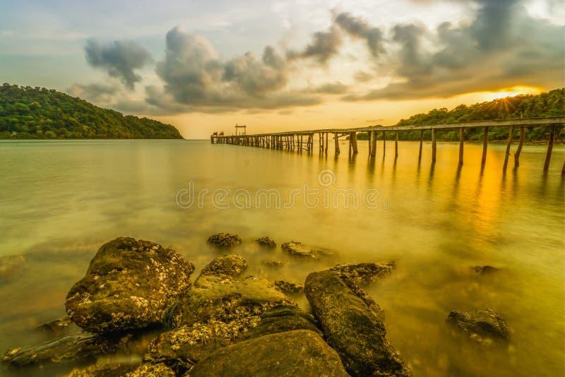 Sonnenunterganghimmel am Strand in Thailand stockbild