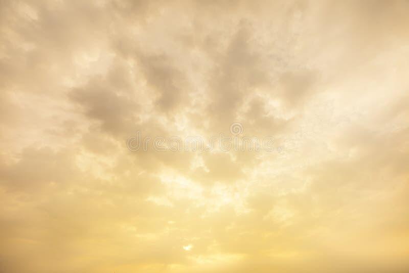 Sonnenunterganghimmel-Wolkenhintergrund Der ausgezeichnete Himmel und die Wolken in den letzten Lichtstrahlen der Sonne Der perfe stockbild
