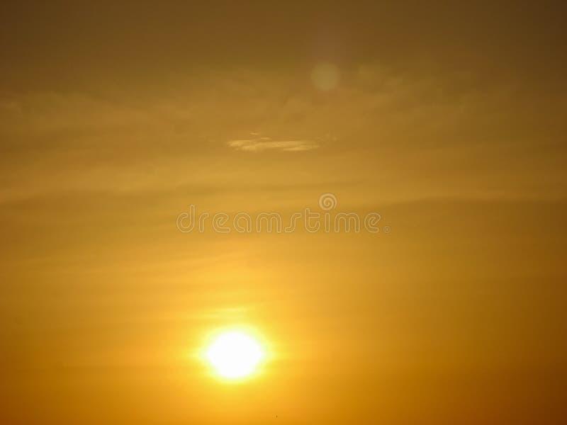 Sonnenunterganghimmel-Zusammenfassungshintergrund Gelber Sonnenunterganghimmel über dem Meer Goldene Zeit des Himmels bei Sonnenu stockfoto