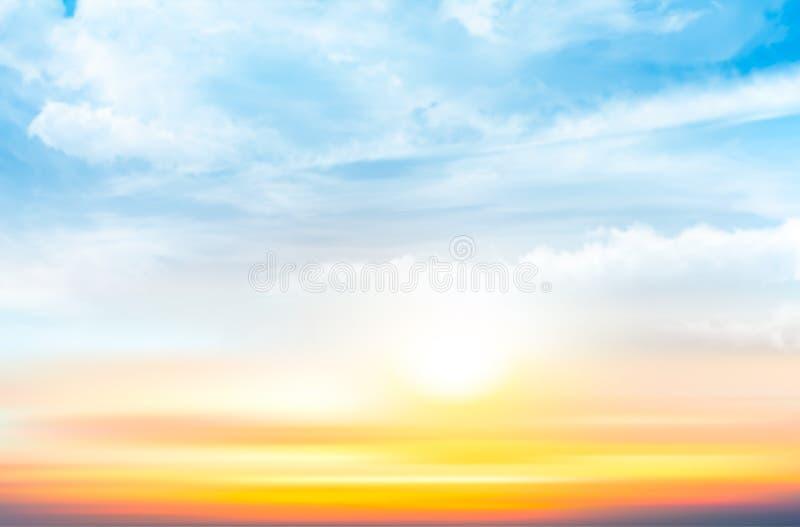 Sonnenunterganghimmelhintergrund mit transparenten Wolken vektor abbildung