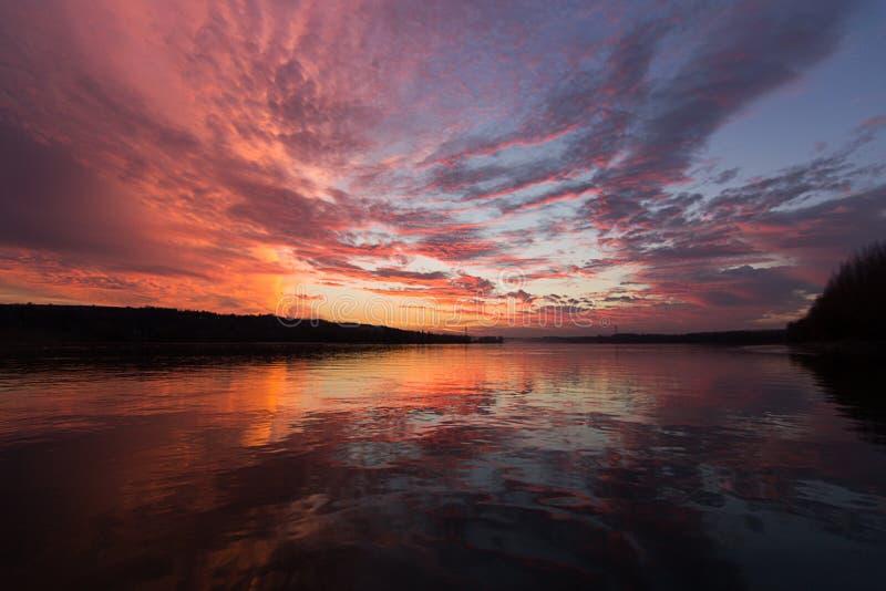 Sonnenunterganghimmelreflexion stockfotos