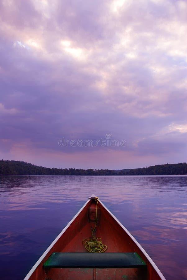 Sonnenuntergangkanu lizenzfreie stockbilder