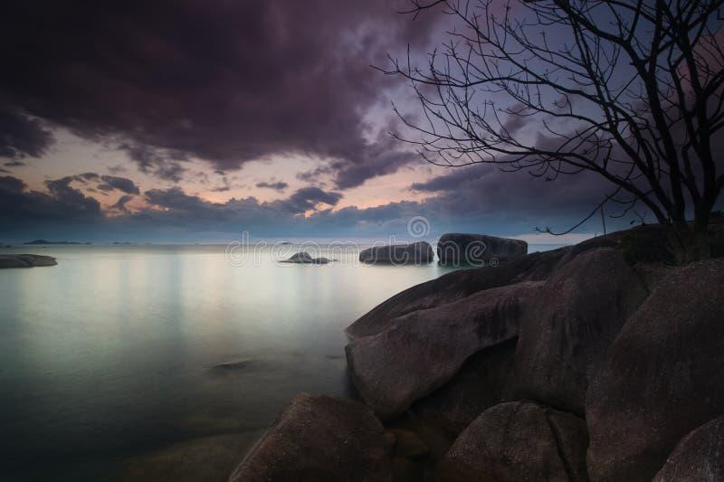 Sonnenunterganglandschaft am belitung Indonesien stockbilder
