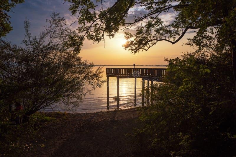 Sonnenunterganglandschaft mit hölzernem Standpunkt stockfoto