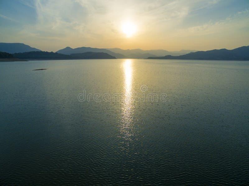 Sonnenunterganglandschaft von Dongzhen-Reservoir lizenzfreie stockbilder
