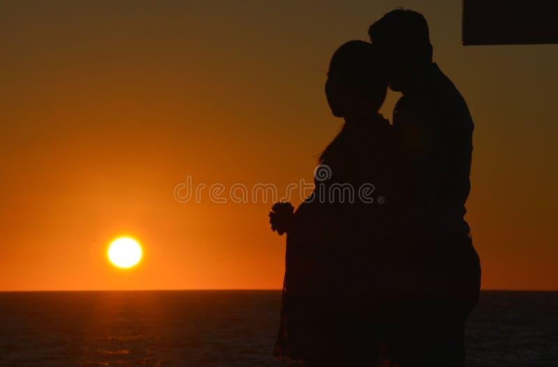 Sonnenuntergangpaare lizenzfreie stockbilder