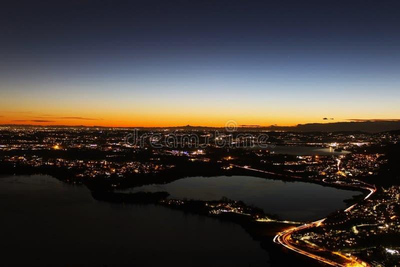 Sonnenuntergangpanorama über den Nordlombardy Seen, die Lichtverschmutzung und Alpen sihouette zeigen stockfotos