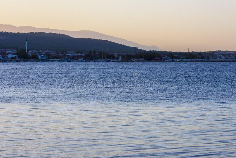 Sonnenuntergangpanorama auf der türkischen ägäischen Küste lizenzfreie stockfotografie