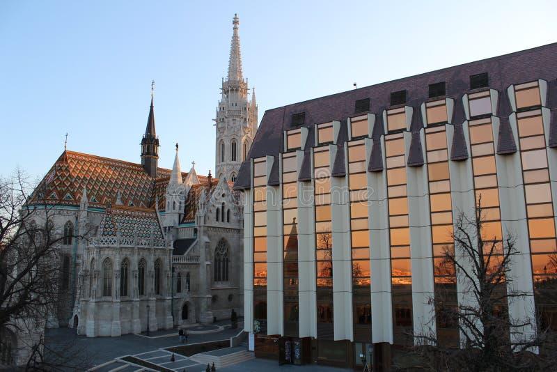 Sonnenuntergangreflexion von Budapest - Ungarn nahe bei einer Kirche lizenzfreie stockfotos