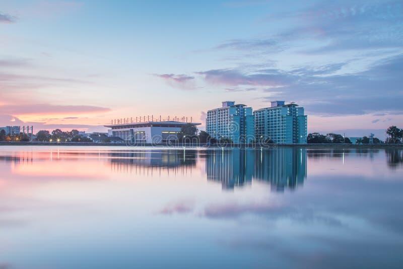 Sonnenuntergangreflexionen der Landschaft im Wasser stockfoto