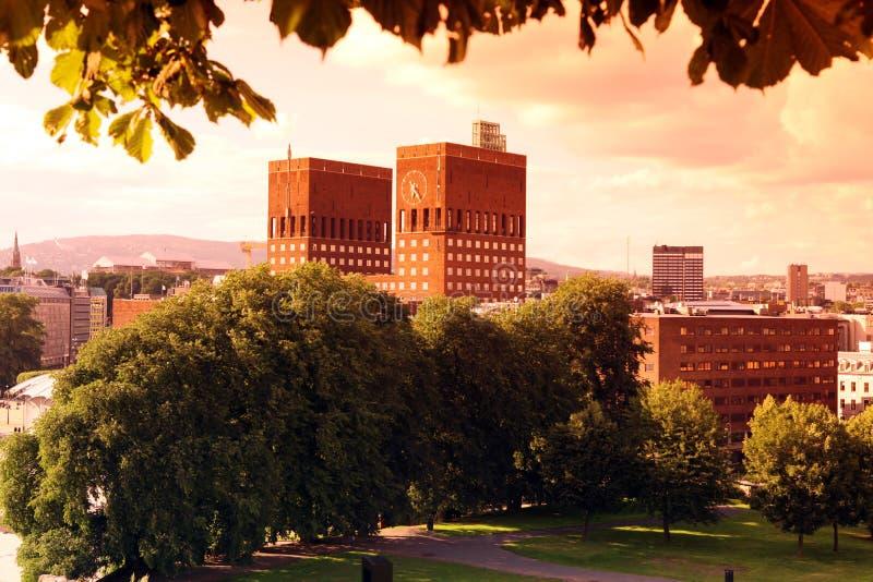 Sonnenuntergangs-Park und Rathaus stockbilder