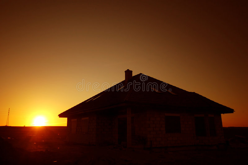 Sonnenuntergangschattenbild des Hauses lizenzfreie stockbilder