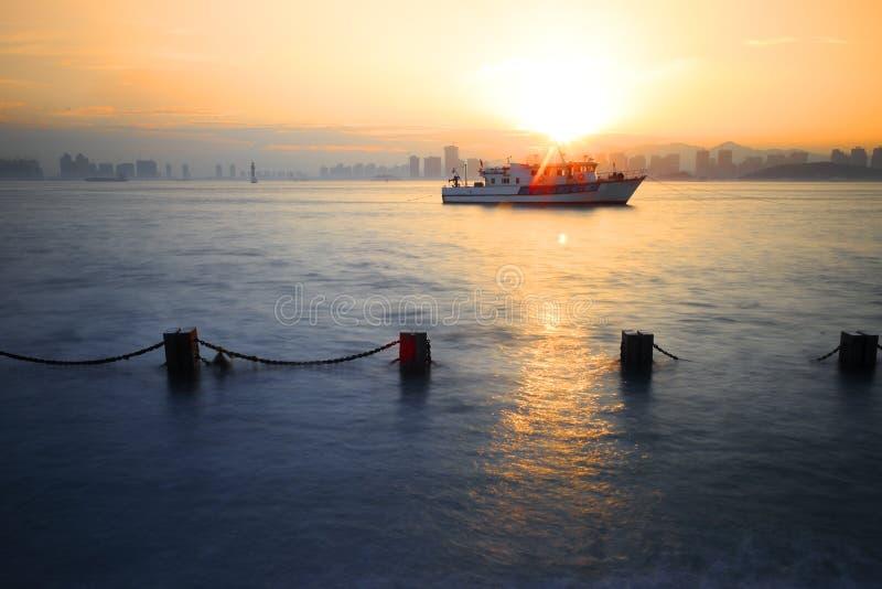 Sonnenuntergangschiff lizenzfreies stockbild