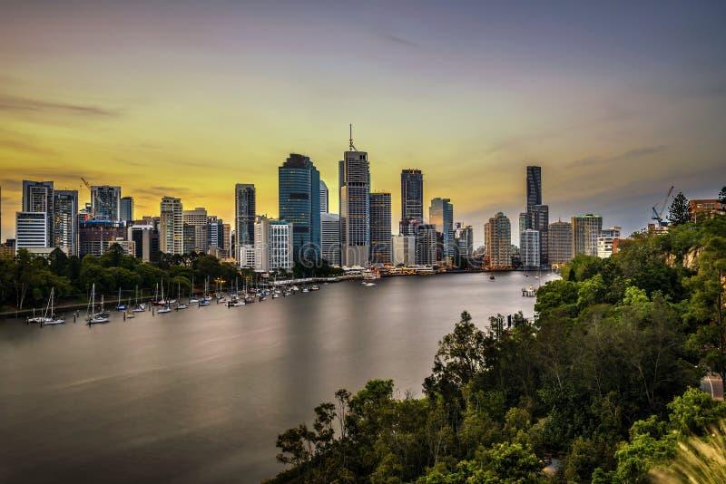 Sonnenuntergangskyline von Brisbane-Stadt und von Brisbane-Fluss von Kangaro lizenzfreies stockfoto
