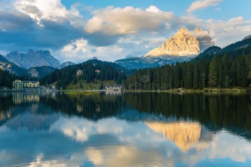 Sonnenuntergangsommeransicht Misurina See Nationalparks Tre Cime di Lavaredo Dolomites lizenzfreies stockbild