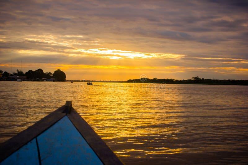 Sonnenuntergangsonnenaufgang an der Amazonas-Dschungel stockbilder