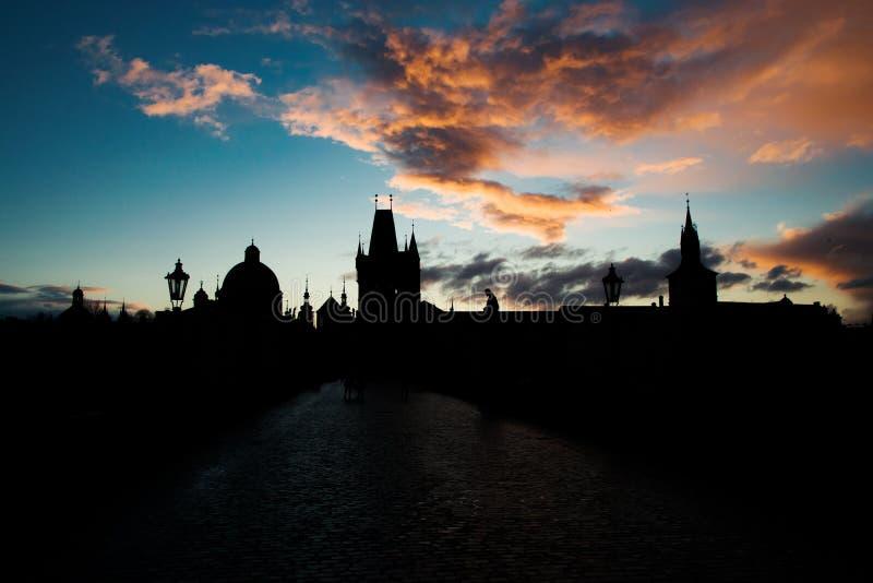 Sonnenuntergangstadtbild auf Charles Bridge lizenzfreie stockfotos