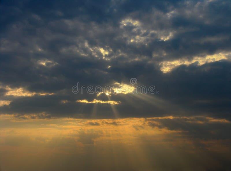Sonnenuntergangstrahlen lizenzfreie stockbilder