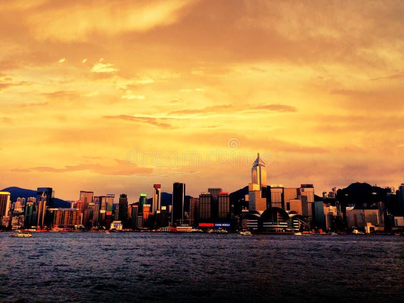 Sonnenuntergangstrand durch die Bucht stockbilder
