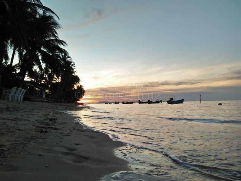 Sonnenuntergangstrand und -welle stockfoto