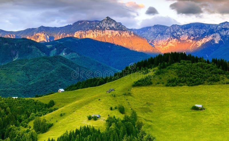 Sonnenuntergangszene über Bucegi-Bergen in Rumänien stockfotos