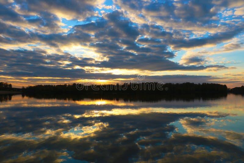 Sonnenuntergangszene über Seewasseroberfläche Hintergrund stockfotos