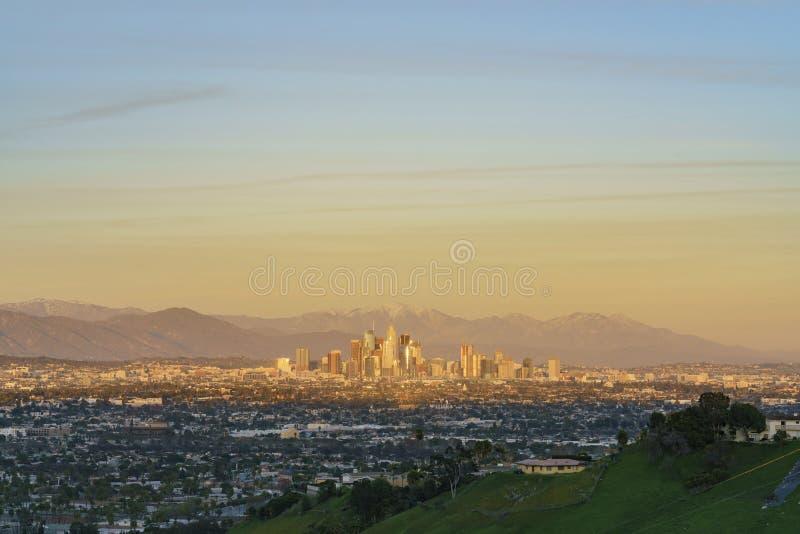 Sonnenuntergangvogelperspektive des schönen im Stadtzentrum gelegenen Stadtbilds Los Angeless mit mt baldy stockfoto