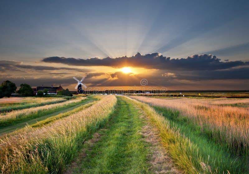 Sonnenuntergangwindmühle stockbilder