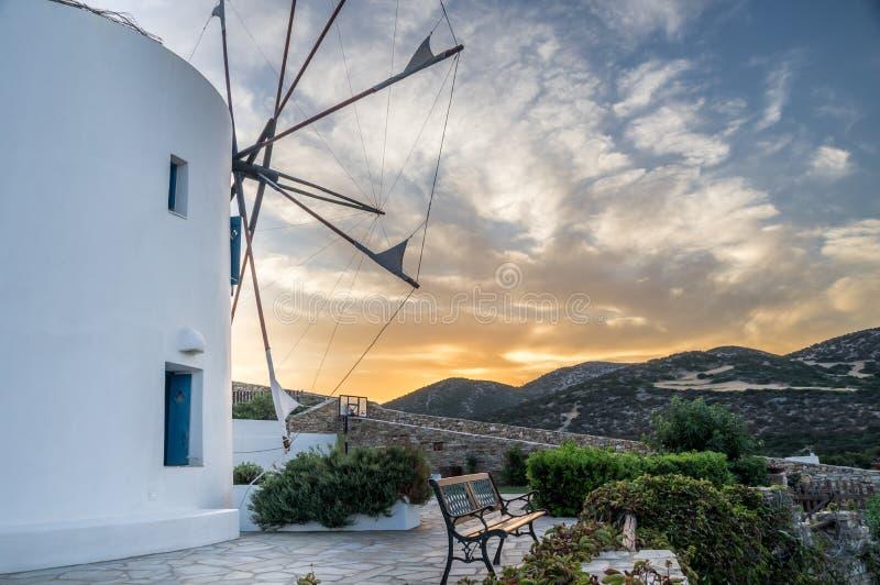 Sonnenuntergangwindmühlenansicht während des heißen Sommertages auf Antiparos-Insel in den Kykladen in Griechenland stockfotografie