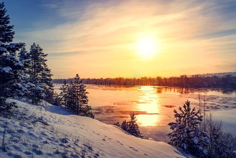 Sonnenuntergangwinterschneenaturfluss-Horizontlandschaft Winterschneewaldfluss-Sonnenuntergangansicht Sonnenuntergangwinter-Fluss lizenzfreies stockfoto
