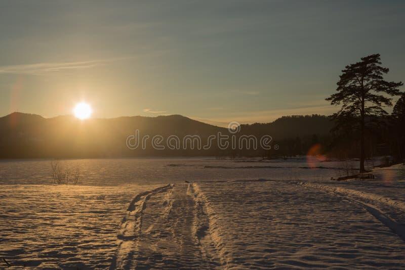 Sonnenuntergangwinterschneenaturfluss-Horizontlandschaft Winterschneewaldfluss-Sonnenuntergangansicht Sonnenuntergangwinter-Fluss lizenzfreies stockbild