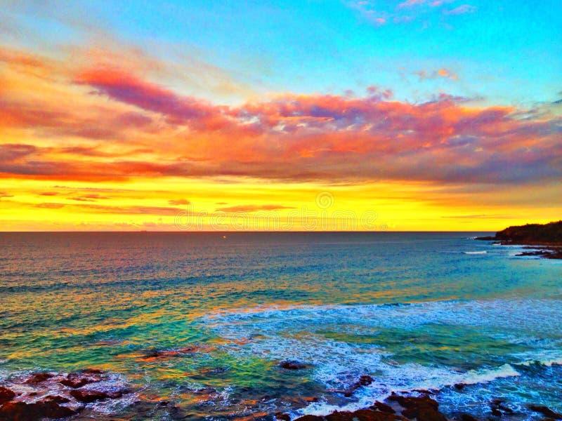 Sonnenuntergangwolken über Ozean lizenzfreie stockbilder