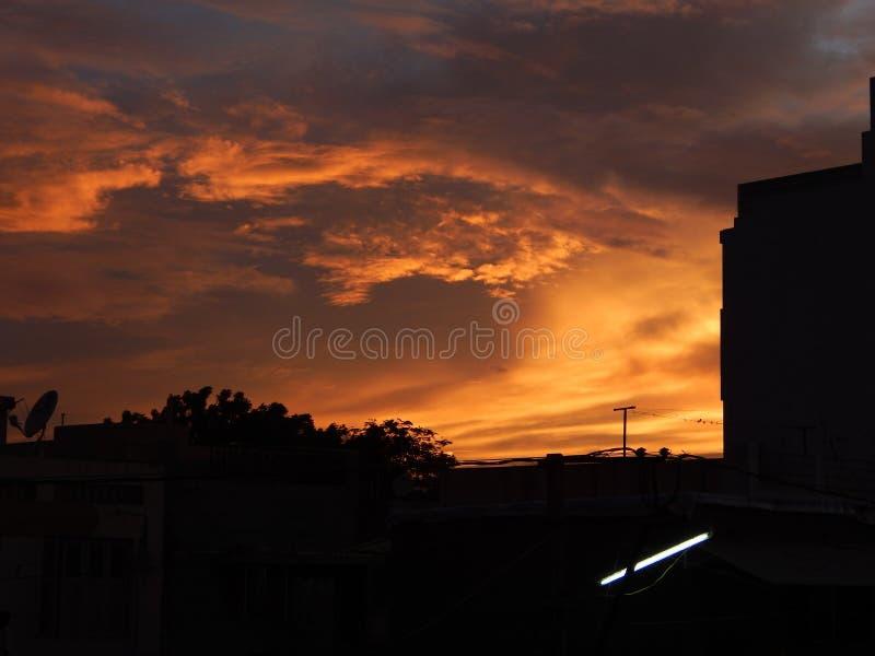 Sonnenuntergangwolken-Bildklicken durch meine Terrasse lizenzfreie stockfotografie
