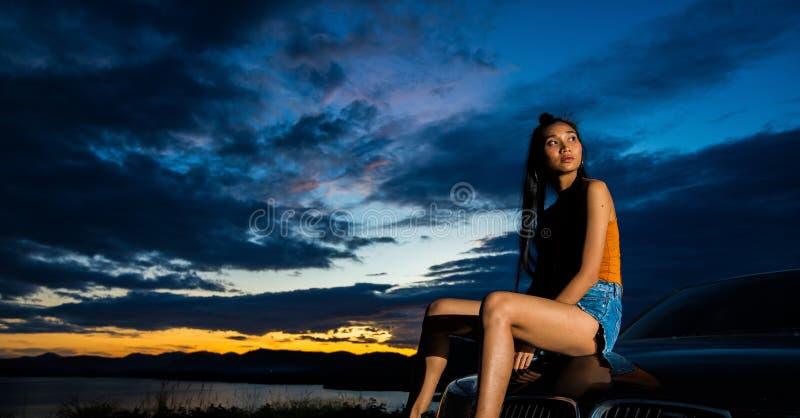 Sonnenuntergangwolkenstrahl zum jungen erwachsenen asiatischen woma stockfotos