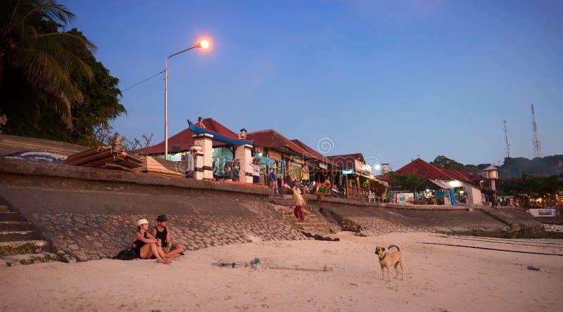 Sonnenuntergangzeit auf dem Strand von Bali-Insel lizenzfreies stockbild