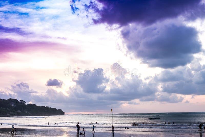 Sonnenuntergangzeit an Jimbaran-Strand, Bali-Insel stockfoto