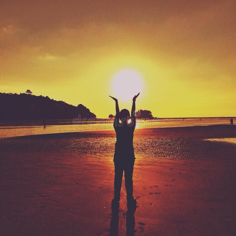 Sonnenuntergangzeit am Strand stockfoto
