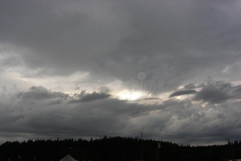 Sonnenwolken der bewölkten Himmel lizenzfreie stockfotos