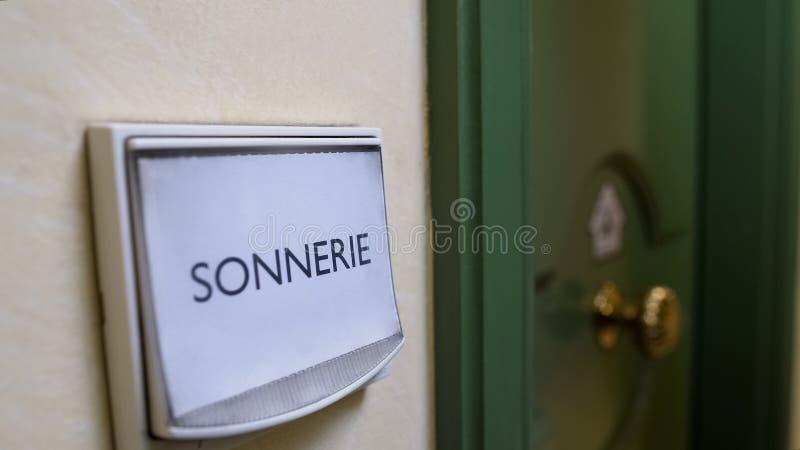 Sonnerie słowo pisać na drzwiowym dzwonie, mieszkanie wynajem usługa, gościnność fotografia stock