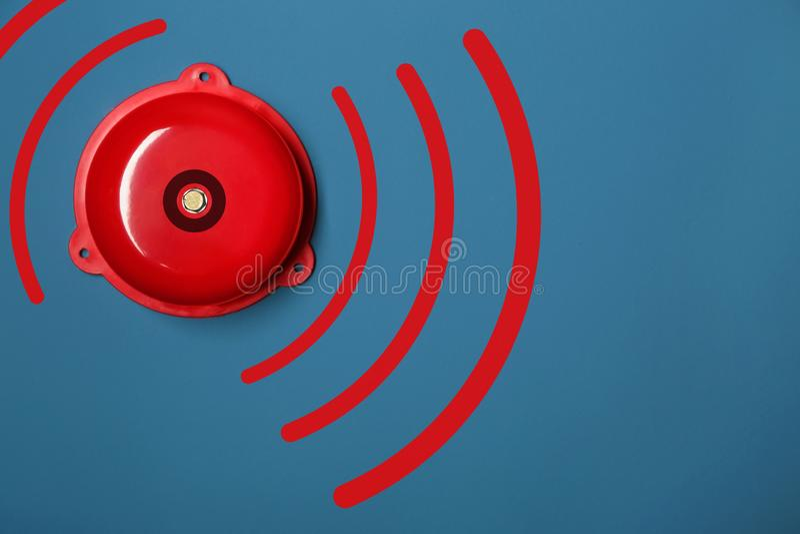 Sonnette d'alarme moderne sur le fond de couleur photos stock