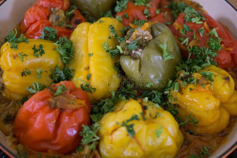Sonnette rouge et jaune poivrons farcis de paprika à la viande avec des légumes verts photographie stock