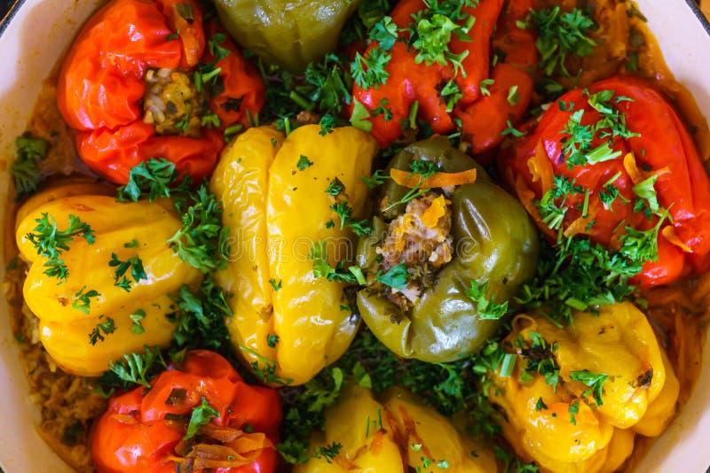Sonnette rouge et jaune poivrons farcis de paprika à la viande avec des légumes verts image stock